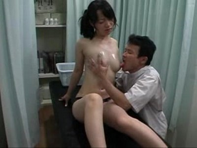 wiofe fingering her ass